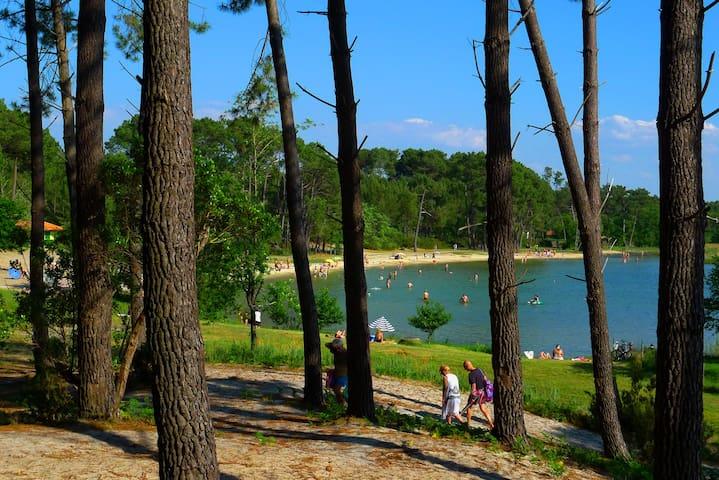 Les plages surveillées du camping en saison à 300m de votre mobil-home et les pistes cyclables qui mènent au village et au port de l'Estey.