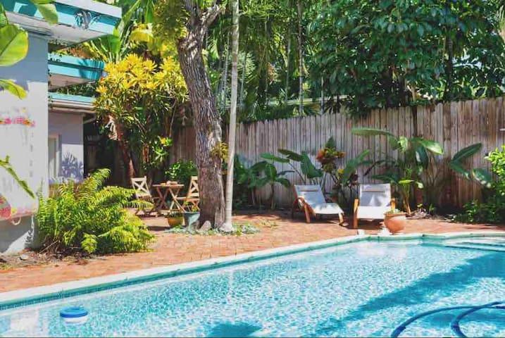 """Casa Mia's"" pool & BBQ bungalow"