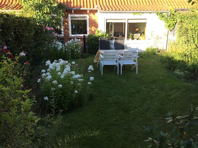 Cosy house with blooming garden - Birkerød - Reihenhaus