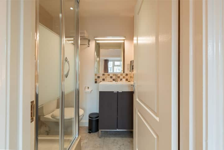(27) · Modern Double Ensuite Private room in Victoria!