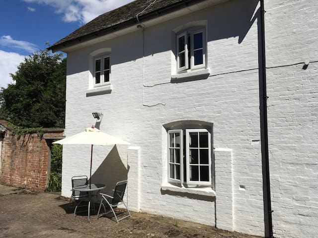 Two bedroom cottage walking distance of Stratford.