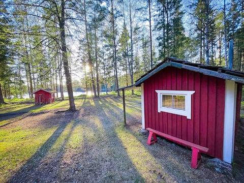 Hobbit: înapoi la cabana din natură lângă lacul Sörgryten