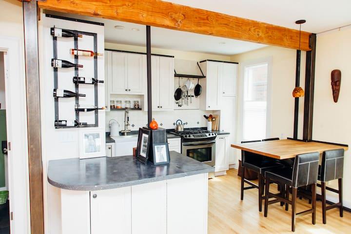 Cozy Light Filled UDistrict Condo - Seattle - Condominium