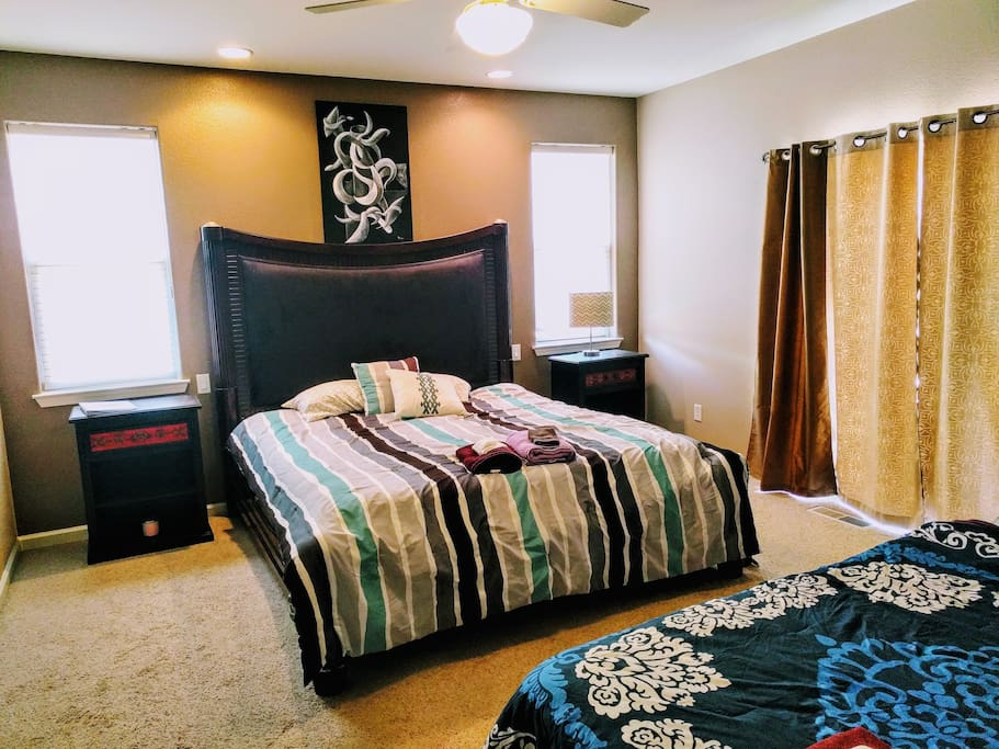 Master Bedroom King size bed and Queen size has its own private bathroom and walk-in closet. Also, direct access to the backyard.   Capacity is 4 guests with airbed set up. Look at my other listings to book separately. No desk inside room though.