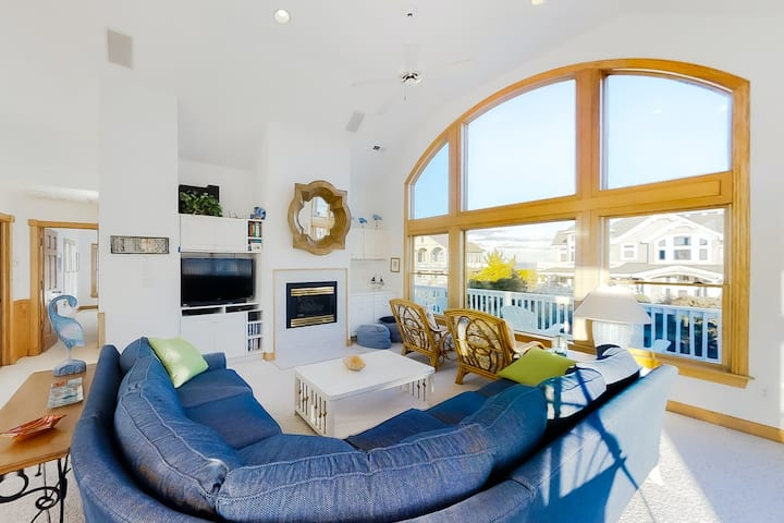 Cheerful semi-oceanfront Corolla home w/ private pool, hot tub, & gas fireplace