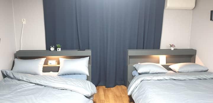 [Open discount]서울역/공항철도 5분거리 서울중심 안락하고 넓은침대 발코니 룸