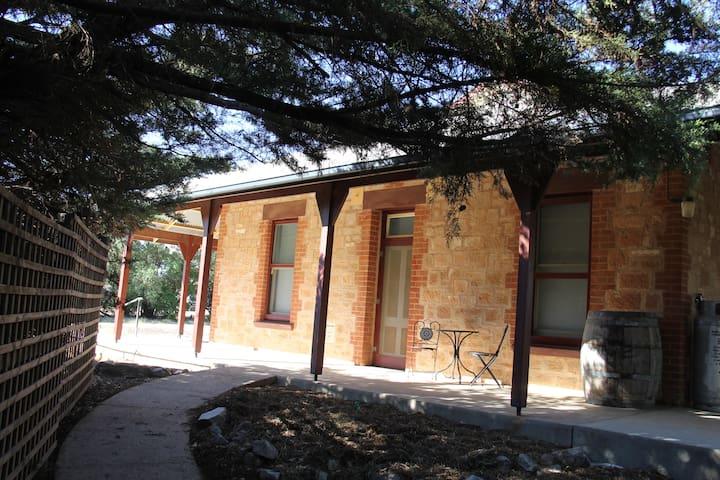 Lovelock B&B - Historic Blyth Character Cottage