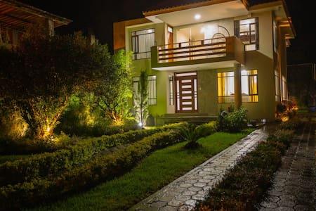 Bright & Airy Holiday Home/Casa Vacacional