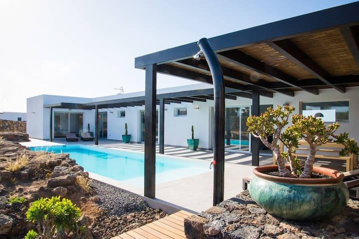 Villa Molino - luxury 3 bedrooms villa in Lajares with private pool