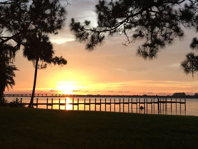 Waterfront sunsets, private, and close to beaches! - Bradenton - Rumah