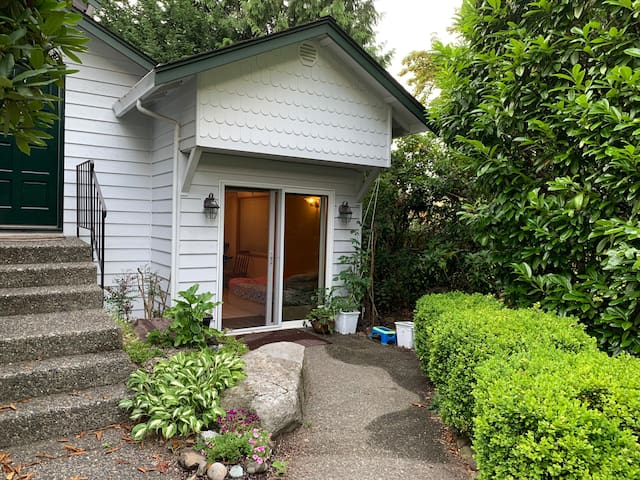 Kirkland Studio in a house with private entrance