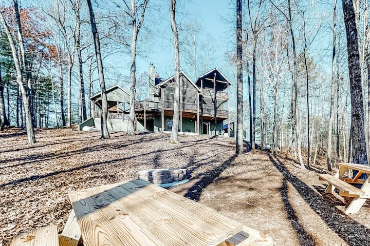 Elegant Cabin with Soaring Ceilings, Stone Fireplace, Free WiFi, and Central AC!