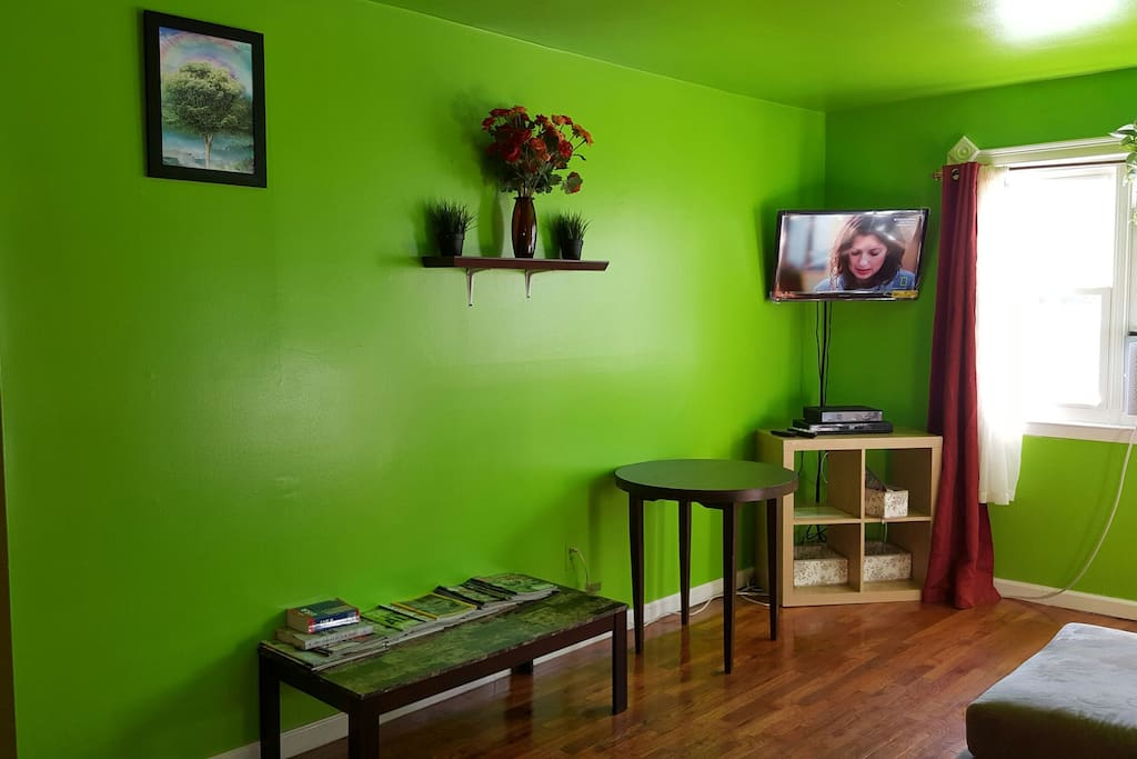 LIVING ROOM WITH FLAT SCREEN TV, VERIZON FIOS FREE WIFI AVAILABLE FOR YOUR TIME HERE
