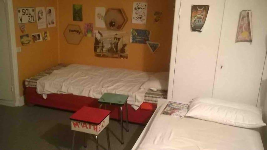 Deux des lits du dortoir