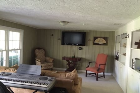 900+SF apartment in private home - Simsbury