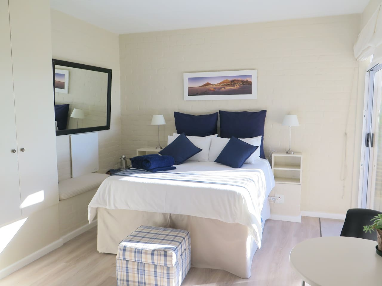 Queen size bed with ample cupboard space