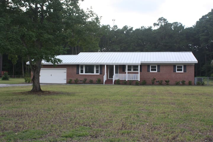 Spacious Country House, Huge Yard,  Dogs Welcome