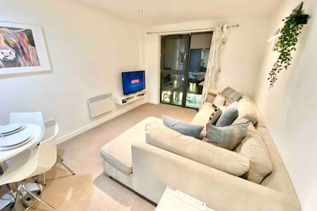 ⭐️ 2-Bed apartment & parking *deep professionally*