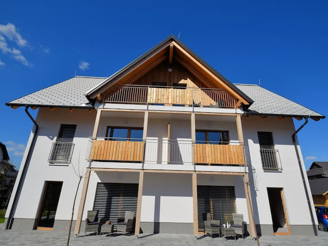 BB House with apartments, near centre and Bled lake. Free parking and sauna. Build 2019