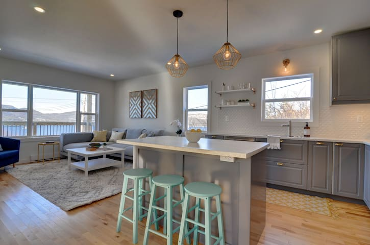 Humber House - Modern, bright home with bay view