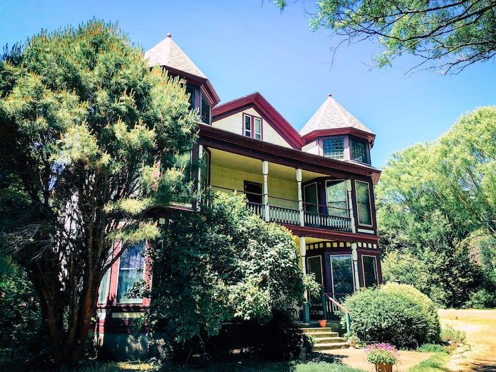 Columbia Gorge Joslyn House - Green Room (2.5)