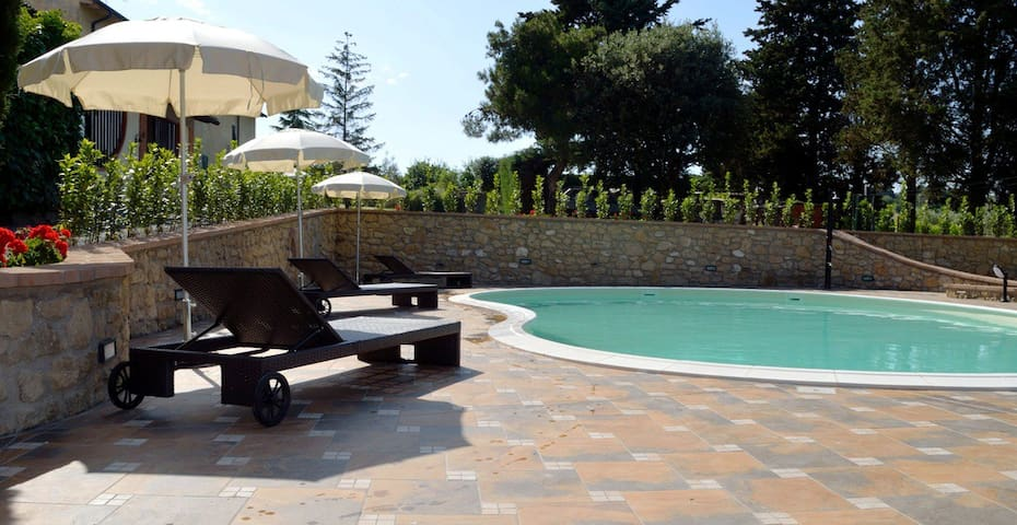 Camera matrimoniale in Agriturismo con piscina - Pomarance - 家庭式旅館