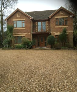 Semi Rural Gated Detached House With Large Garden - Machen - Rumah