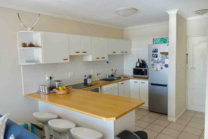Fully equipped kitchen with breakfast nook