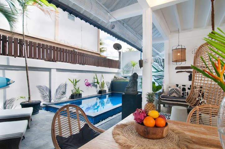 New! 2bed/2bath Private Pool, Walk to Beach, Cafes