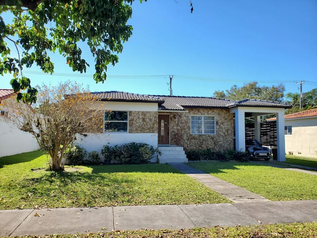 Cozy Family House - Half Block from Coral Gables