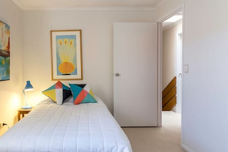 Funky Townhouse - Short Stroll Beach @ Dining. Rm2 - Redcliffe