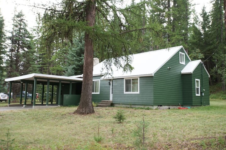 Green House: Pet Friendly, Walk to Downtown, Large Yard, Fire Pit