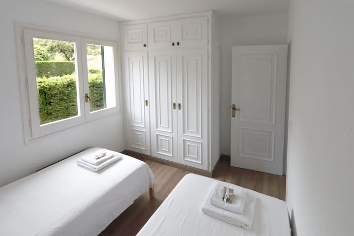 Room with two single beds. Armaris encastats  Room with two single beds. Built-in wardrobes
