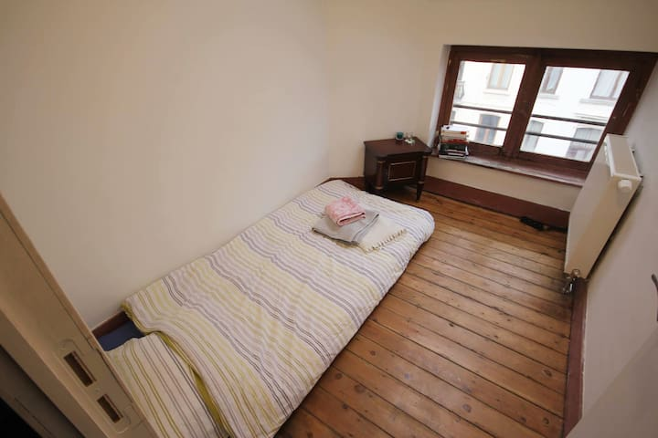 Bright room for solo traveller - Saint-Gilles - Casa