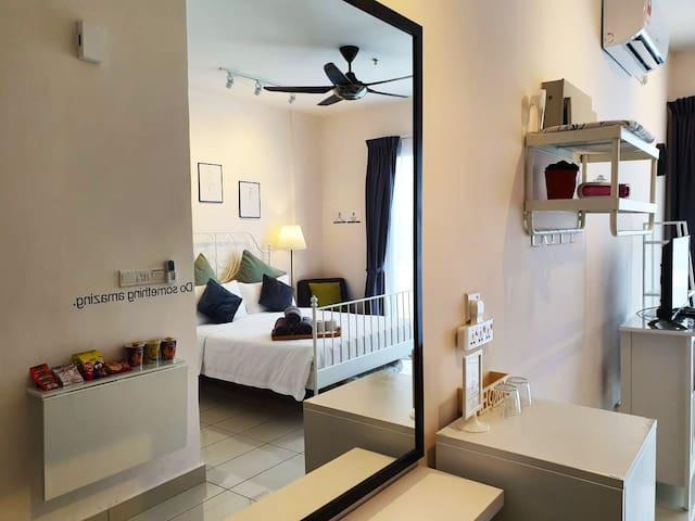 [3人房卧室] 超大镜子,让住客出门前梳妆扮美美哦! [Bedroom for 3] A very large Mirror for guest!