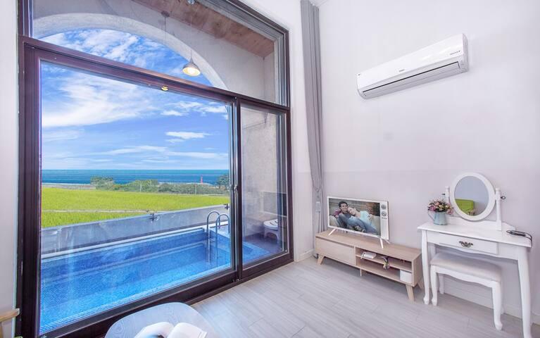 커다란 창문으로 여유롭게 풍경을 감상 할 수 있는 복층 테라스 객실