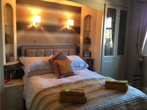 Private rooms in Regency house . Free parking