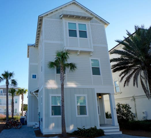 Beautiful 30A Vacation Home in Inlet Beach with Gulf Views + Beach Chairs + FREE BIKES!