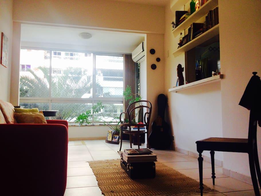 Vista da sala e balcão da cozinha.