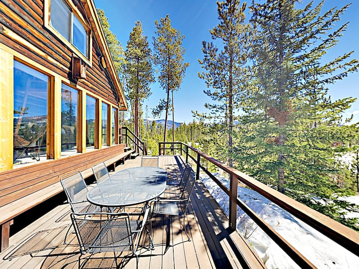 Secluded Mountain-View Log Cabin, Near Snow Trails