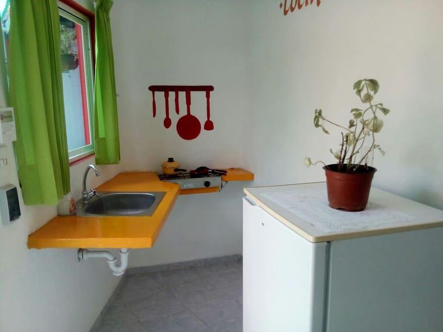 Cocina con refrigerador dentro de cada habitación