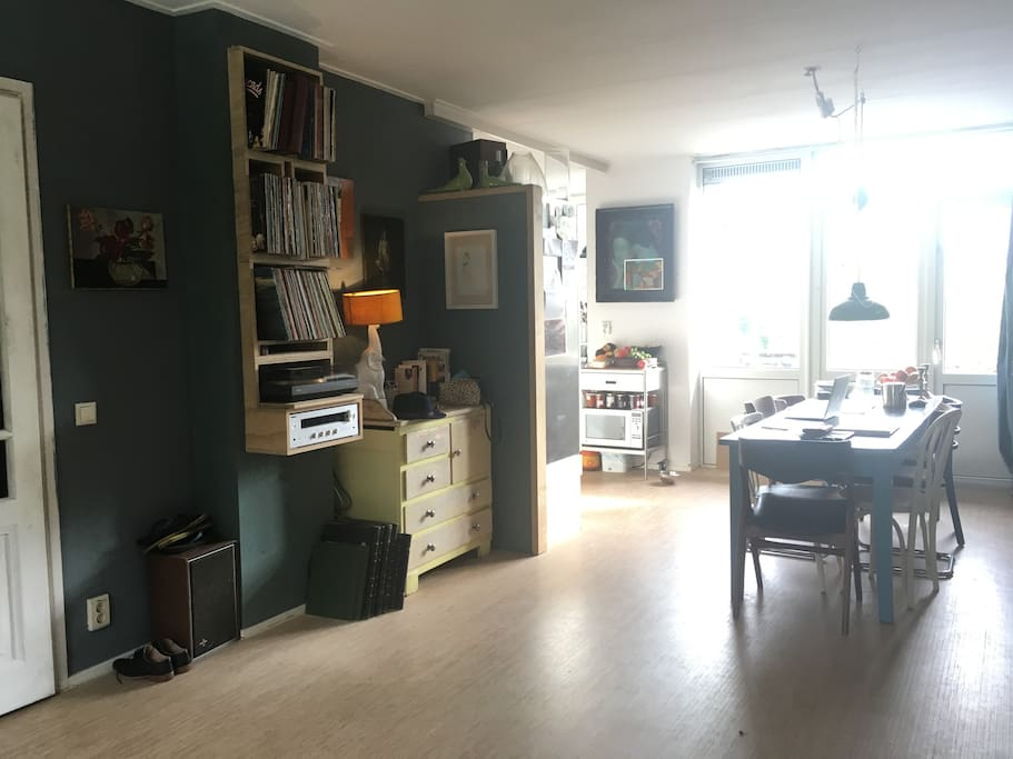 livingroom with record-player.