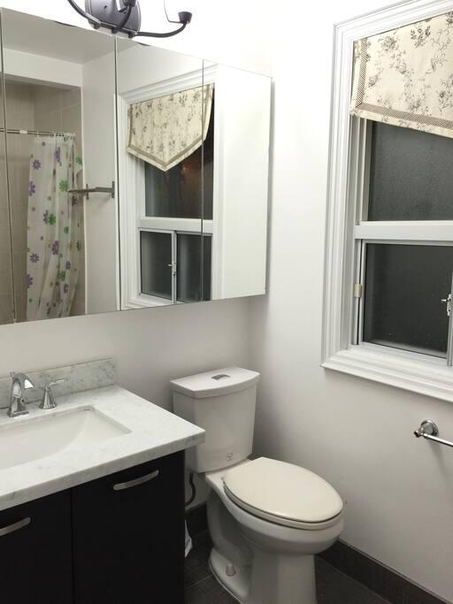 洗手间干净卫生,洗漱用品齐全