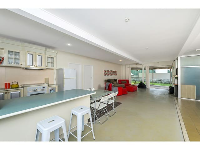 Funky and renovated - massive space - Red Hill - Leilighet