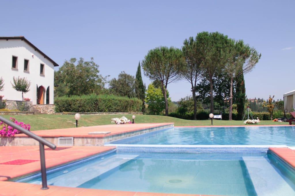 1 piscina  18x8 e vasca idromassaggio adatta anche per piscina bimbi