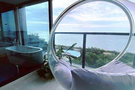 《漠海民宿-观海巢》全景式海景,巴厘岛风情园林,躺在床上能看海。在阳台上网红吊椅里发呆,喝咖啡看落日