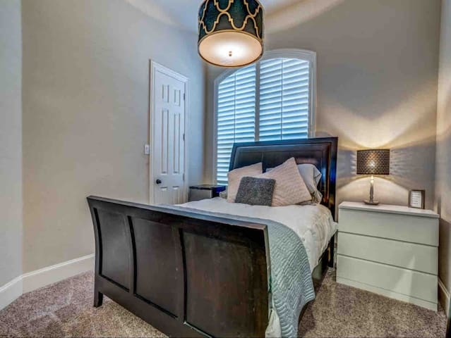 Cozy room walking dist. from Allen Premium Outlets
