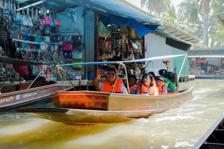 Longtail boat thru the floating market