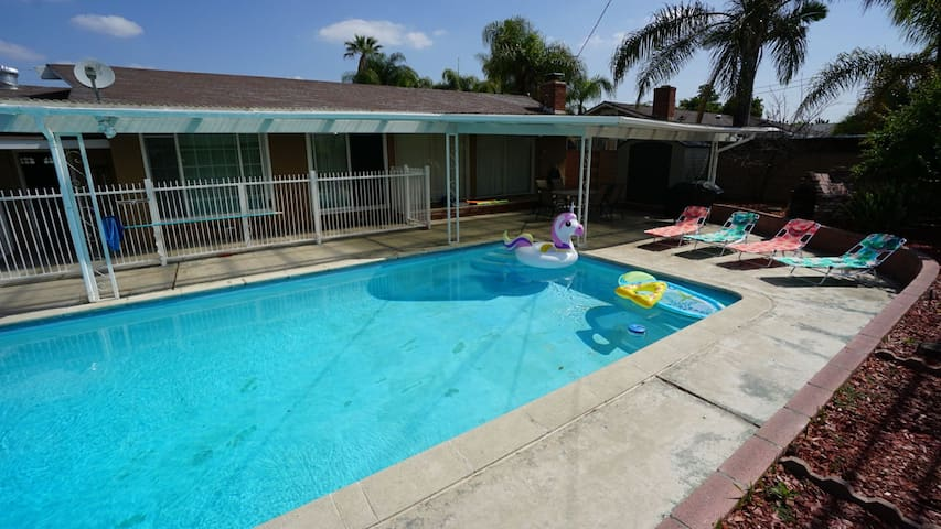 Spacious pool house 4 miles from disneyland houses for for Leslie pool garden grove
