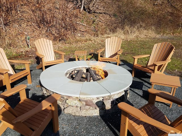Minutes to Slopes, Propane Firepit and Hottub.